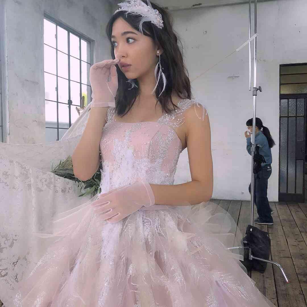 藤田ニコル、背中ざっくりドレス姿に「美しすぎる」「天使にこるん」絶賛の声続々