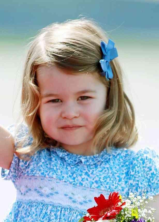 2歳のシャーロット王女、完成度の高いロイヤル所作にネット騒然! | NewsWalker