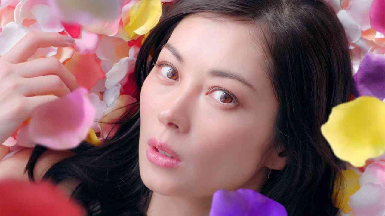 伊東美咲、 花びらに包まれエレガントに 「パーフェクトアスタコラーゲン」新CMが公開 - YouTube