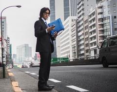 【画像】稲葉浩志 息子の卒業式で目撃された「撮影に奮闘」する姿 - ライブドアニュース