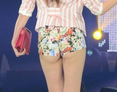 ヒップを突き出すセクシーポーズ 紗栄子の水着姿がエロかわいい