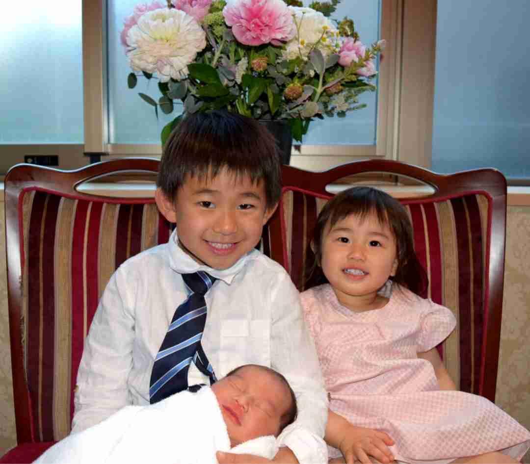 東尾理子、第3子出産前の様子を公開 病院で家族プリントTシャツ着用