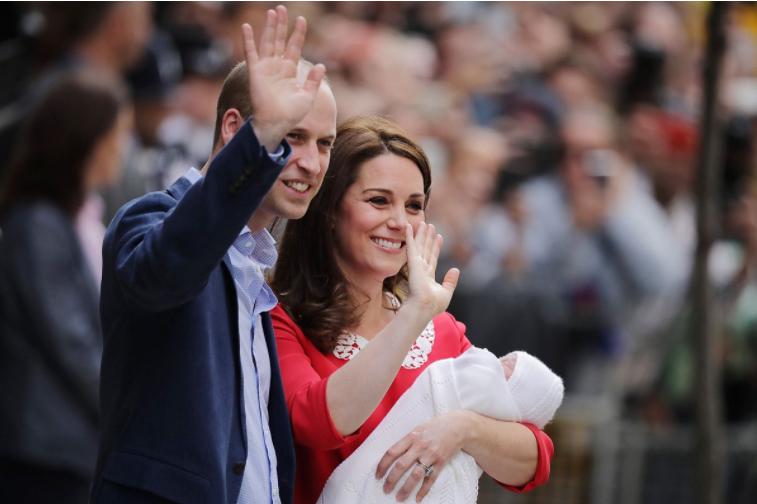 キャサリン妃、産まれたばかりの第三子と病院前へ。
