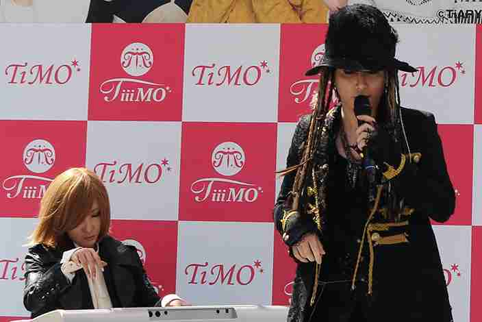 渋谷109にhydeとYOSHIKIが降臨!? さらには生歌披露も……って何かが違う! (M-ON!Press(エムオンプレス)) - Yahoo!ニュース
