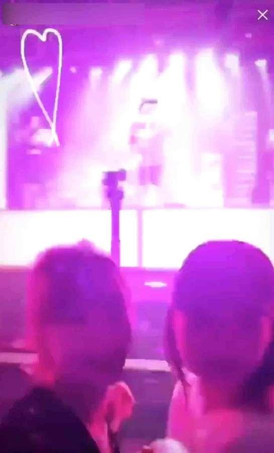 女性モデルがライブ中に自撮り ブルーノ・マーズが客席にタオル投げつけ