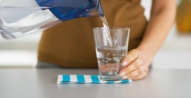 飲食店で自分の分だけ水を注ぐ後輩。やんわり注意したら、「意外な返答」に面食らった | BUZZmag