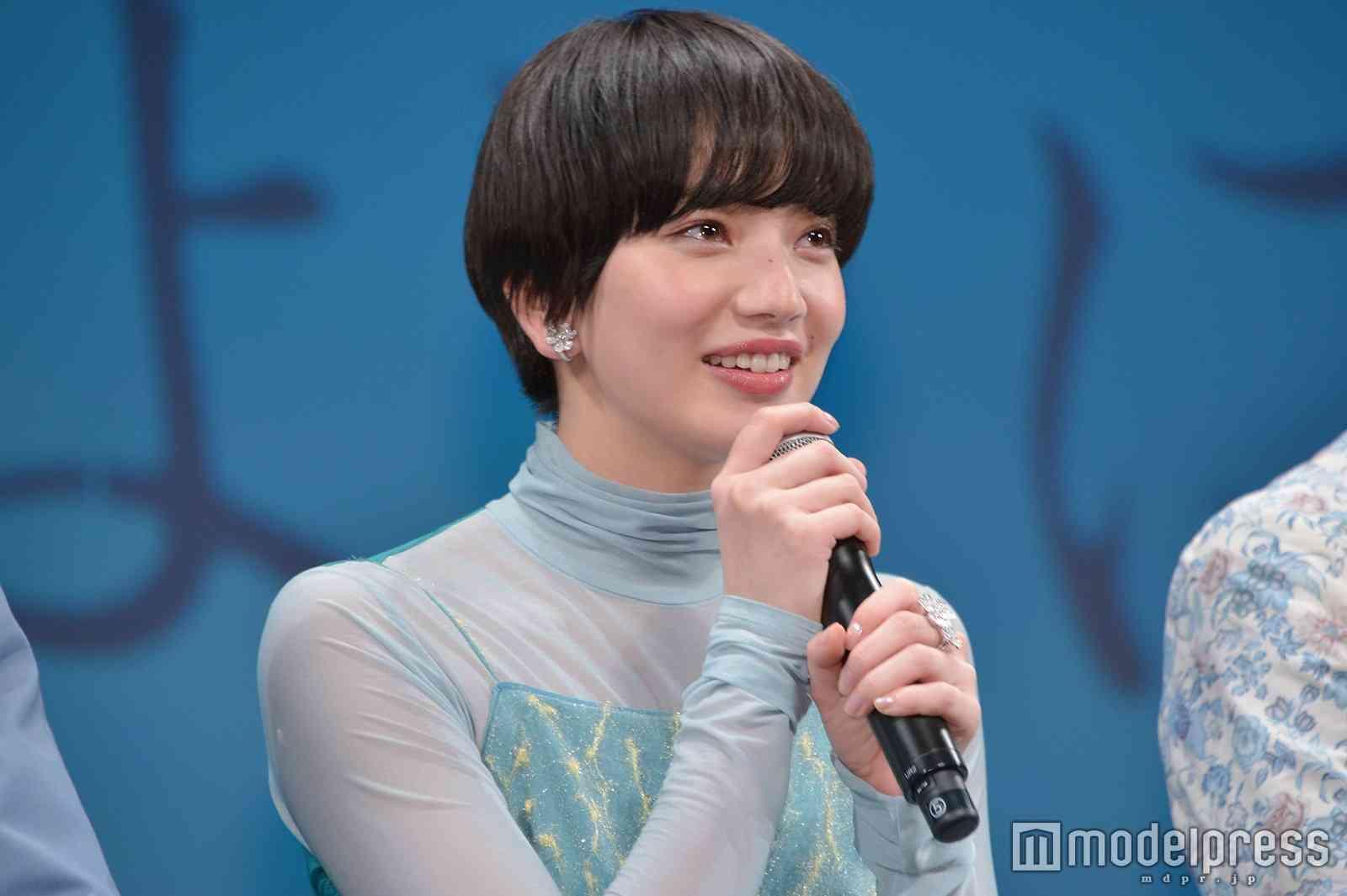 """小松菜奈、黒髪マッシュヘアが""""女神級の美しさ""""と話題「どんどん短くなる」「見惚れちゃう」"""