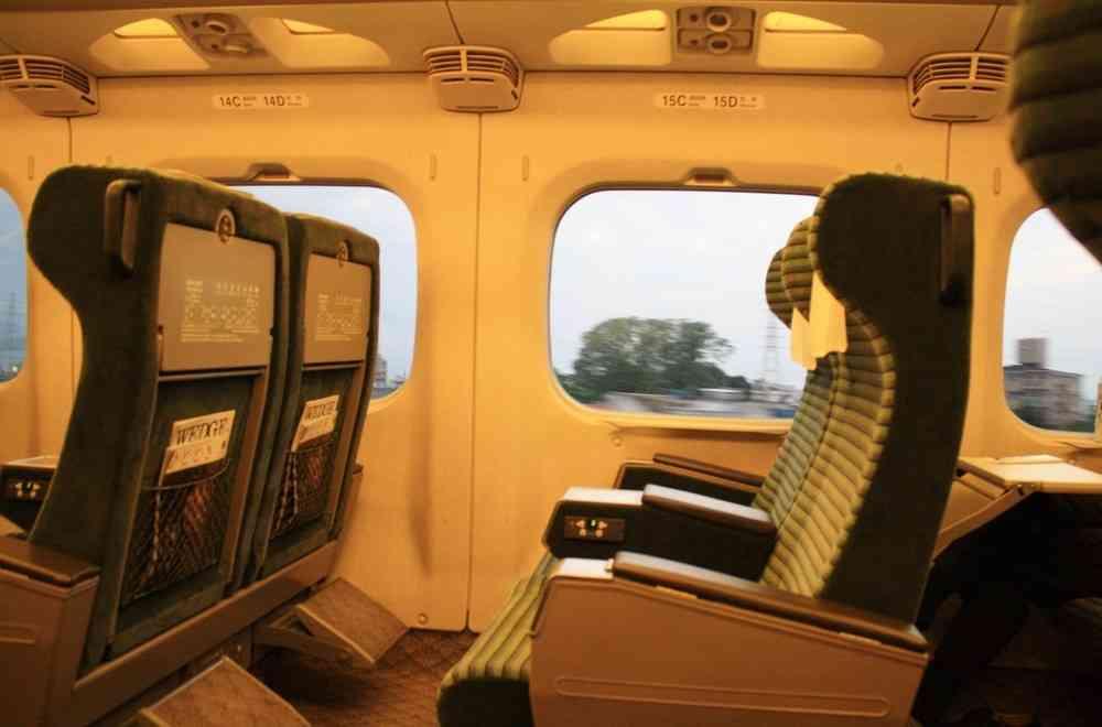 グリーン車通路側席を予約したら窓側の客にイヤな顔された...どうして?  : J-CASTトレンド