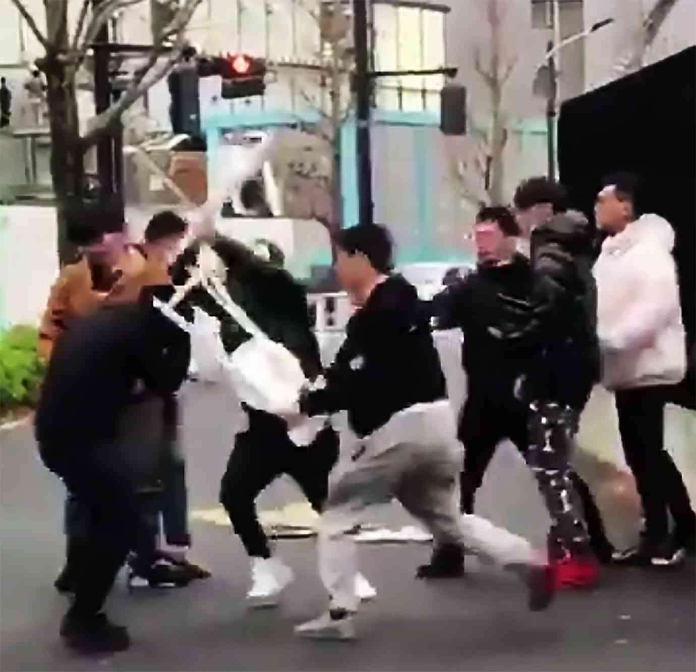 人気ブランドSupremeの行列で集団暴行か  武器を持った客がシュプリーム店員を集団リンチ