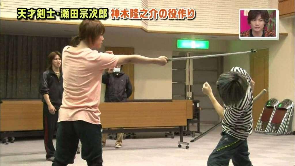 佐藤健 x 神木隆之介 practicing for RuroKen (Sato Takeru, Kamiki Ryunosuke) - YouTube