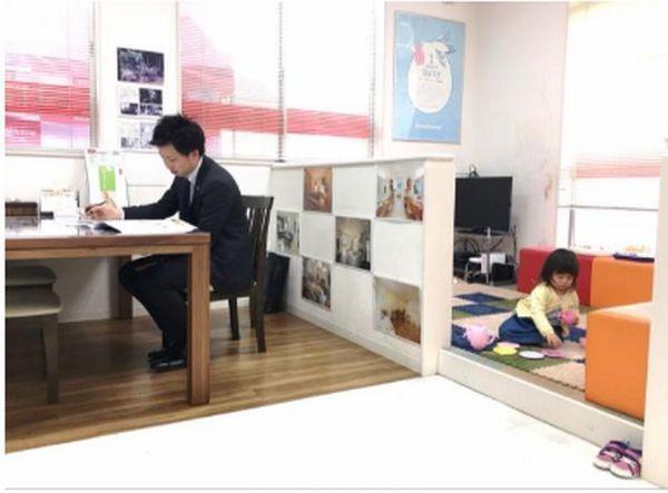 タマホームが「子ども同伴勤務制度」本格導入 実験店舗では賛否