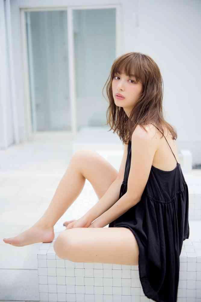 内田理央、色っぽい美脚あらわ 水着で美バストも披露