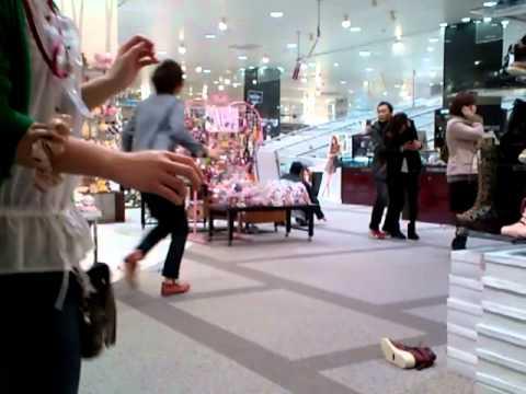 3月11日地震 越谷レイクタウン - YouTube