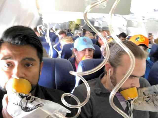 女性の上半身が機外に、乗客ら引っ張り戻す 米国機事故(朝日新聞デジタル) - Yahoo!ニュース