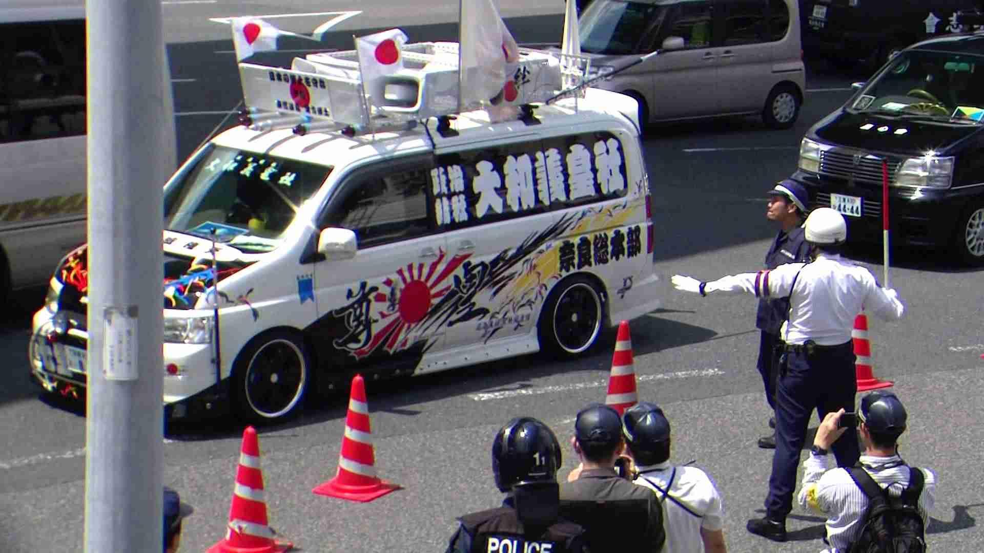 すごい罵声を飛ばす右翼街宣車(15年憲法記念日@名古屋) - YouTube