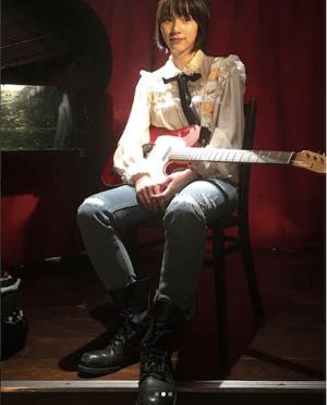 のん、「清志郎さん聴いてくださるかな」新曲リリースとギター姿が話題に(1ページ目) - デイリーニュースオンライン