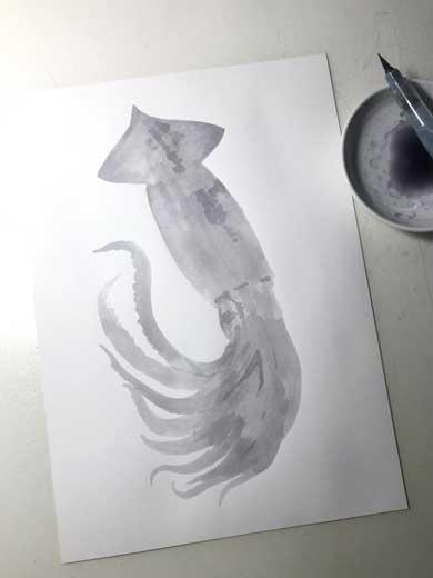 「紙の上にイカが置いてある」「3度見した」 あまりにもリアルな「イカの絵」に戸惑いと称賛の声があがる