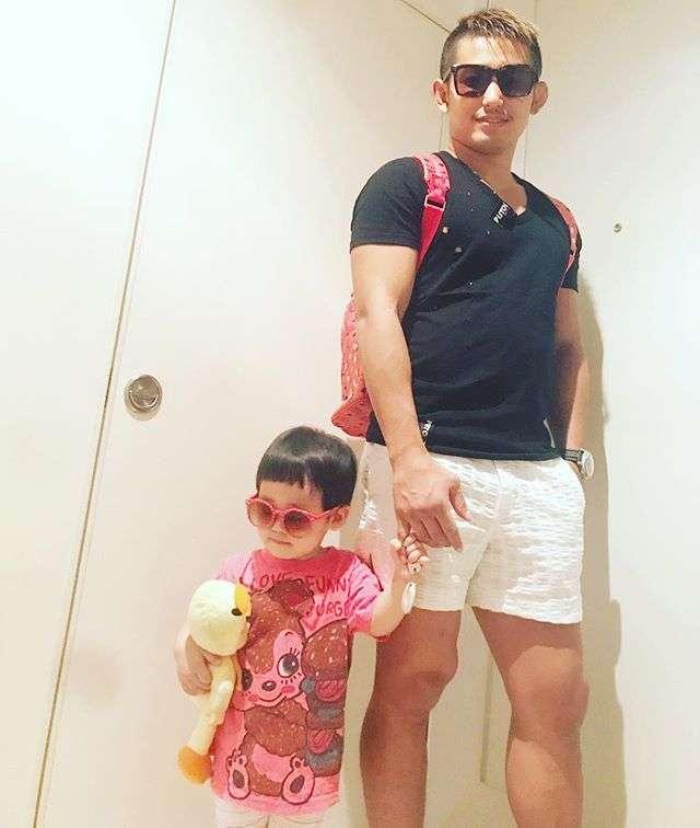 窪塚洋介、愛娘とNYでキメ顔ショットにファン「似てる!!」