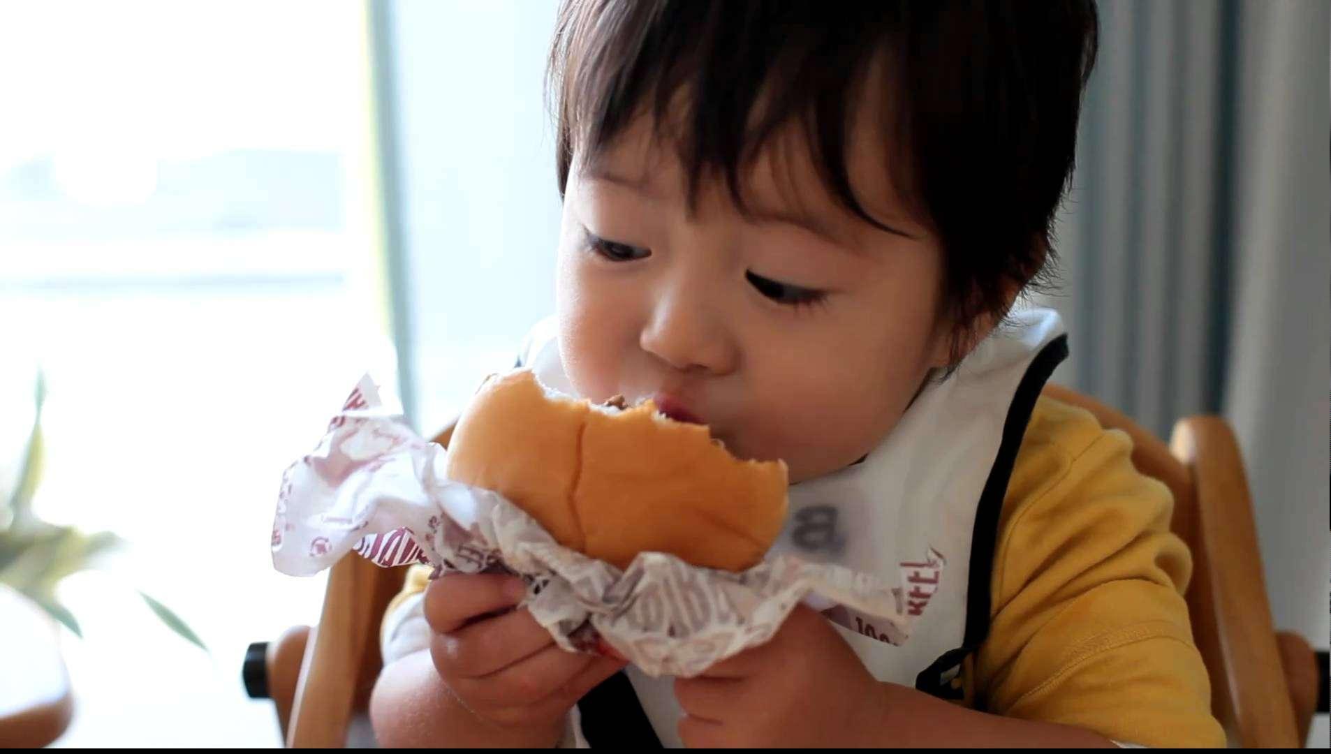 世界一ハンバーガーをおいしそうに食べる1歳児 - YouTube
