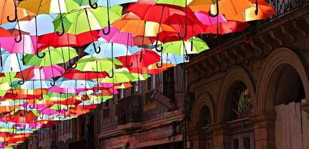 【アゲダ】カラフルな傘が空を埋め尽くす色鮮やかなポルトガルの街 | モッシュトラベル