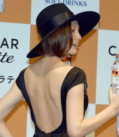 米倉涼子、美背中を大胆に披露