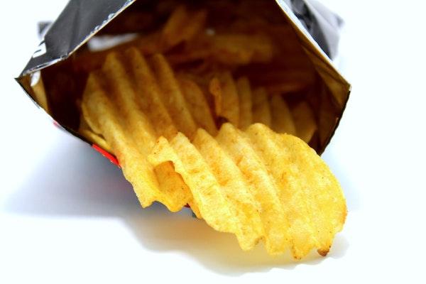 舐める? ティッシュで拭く? ポテトチップスを食べたその手、どうしてる? 一目惚れを科学する。恋愛コラム