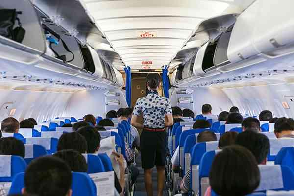 """飛行機内での迷惑行為、日本人は注意せずに""""我慢する人""""が多いと1万人規模の調査で判明"""