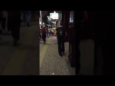 【歩く痴漢】歩きながら女の子の胸に肘を当てるおっさん - YouTube