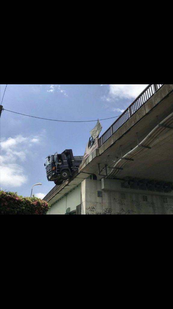 座架依橋からトラックが落下寸前…運転席は空中で停止、乗用車との交通事故で橋は通行止めに