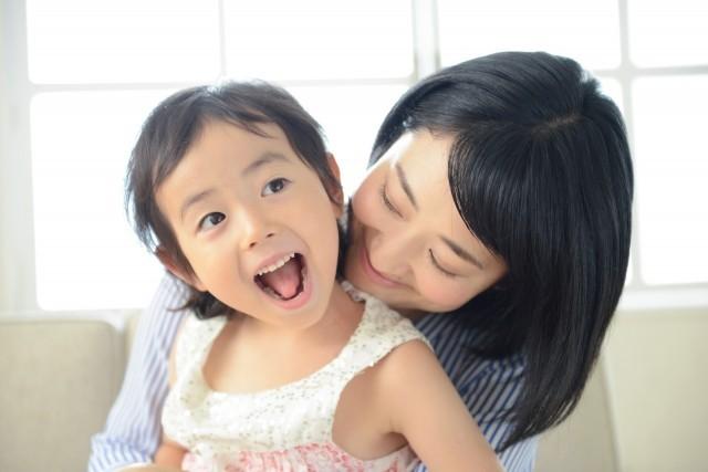 """「抱っこ」の頻度で子どもの将来に差!? 何歳になっても大事な""""スキンシップ""""の持つ魔法(1/3) - ハピママ*"""