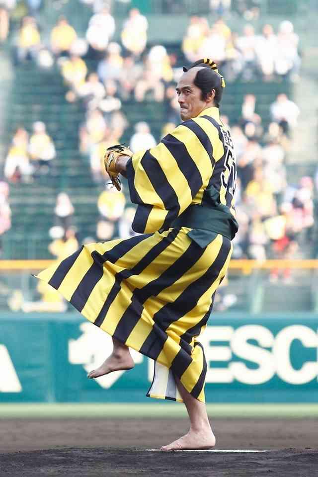 阿部寛「聖地・甲子園でやらせて頂いて、感無量」阪神仕様の着物で人生初の始球式