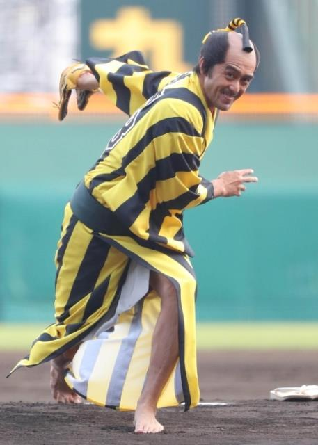 阿部寛「聖地・甲子園でやらせて頂いて、感無量」阪神仕様の着物で人生初の始球式 : スポーツ報知