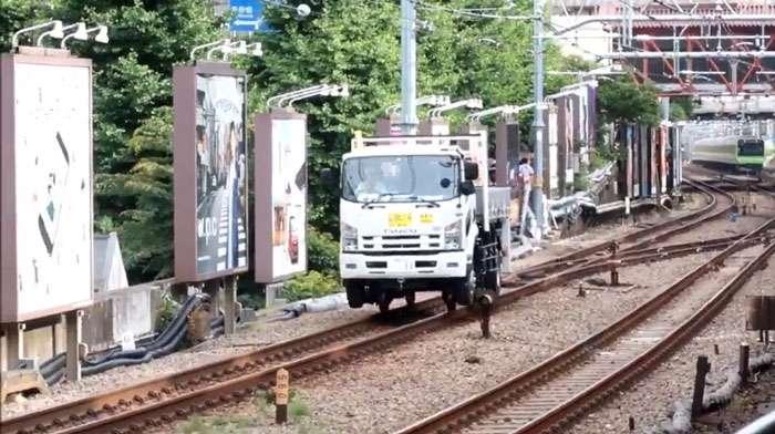 「トラックが線路を走ってる!」「さらに変形して道路を走り去ったぞ!?」 渋谷で謎の鉄道車両が目撃、アレは一体何だ?