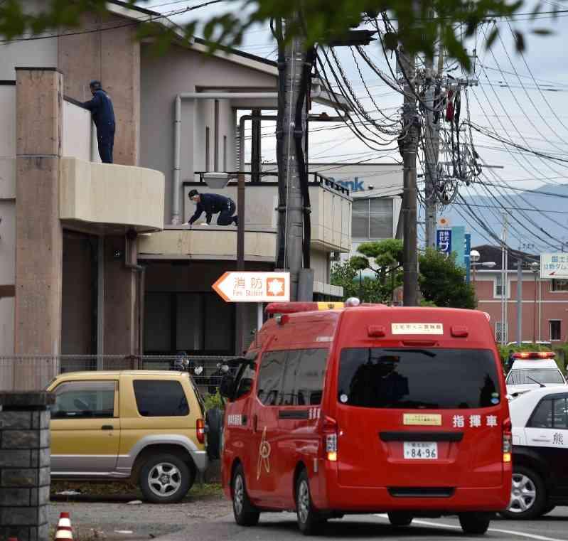 刃物男:発砲で死亡、警官ら2人に切り付け 熊本 - 毎日新聞