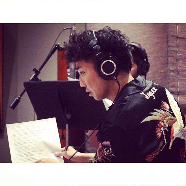 ピース綾部祐二、米国で音楽プロデューサーに 現地歌手と曲作り スタジオ風景アップ