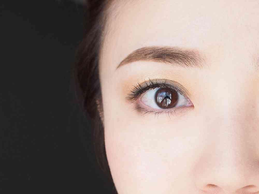 先に描くのは「眉山〜眉尻」。眉メイクのやり方〜基本編 | DRESS [ドレス]