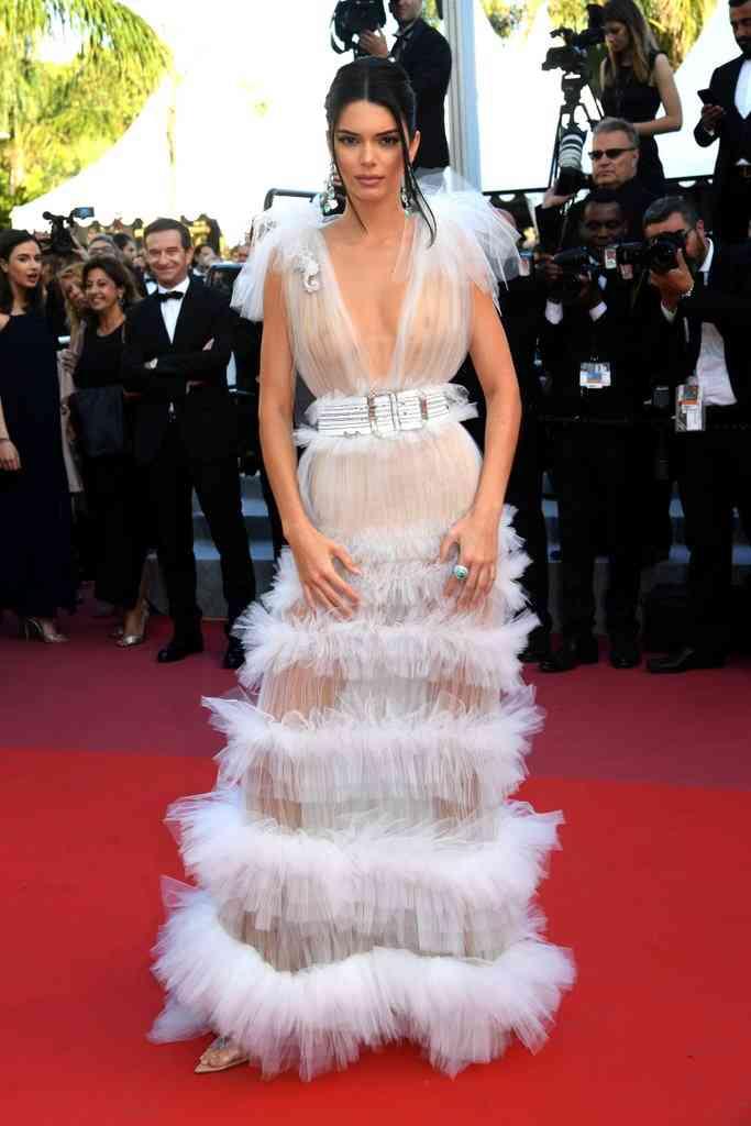 ケンダル・ジェンナーが乳首丸出しドレスで登場も、大騒ぎするメディアに皮肉の効いた一言