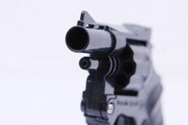 刃物男に警官が「7回発砲」 警察官が「拳銃を使って良い条件」は? - 弁護士ドットコム