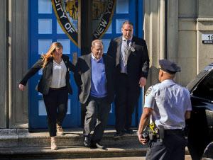 ワインスタイン容疑者、1億円で保釈 レイプ容疑を否認