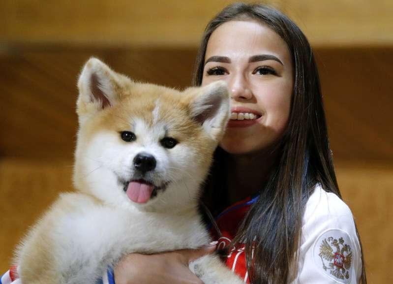 ロシア:ザギトワ選手に秋田犬贈呈 安倍首相も立ち会い - 毎日新聞