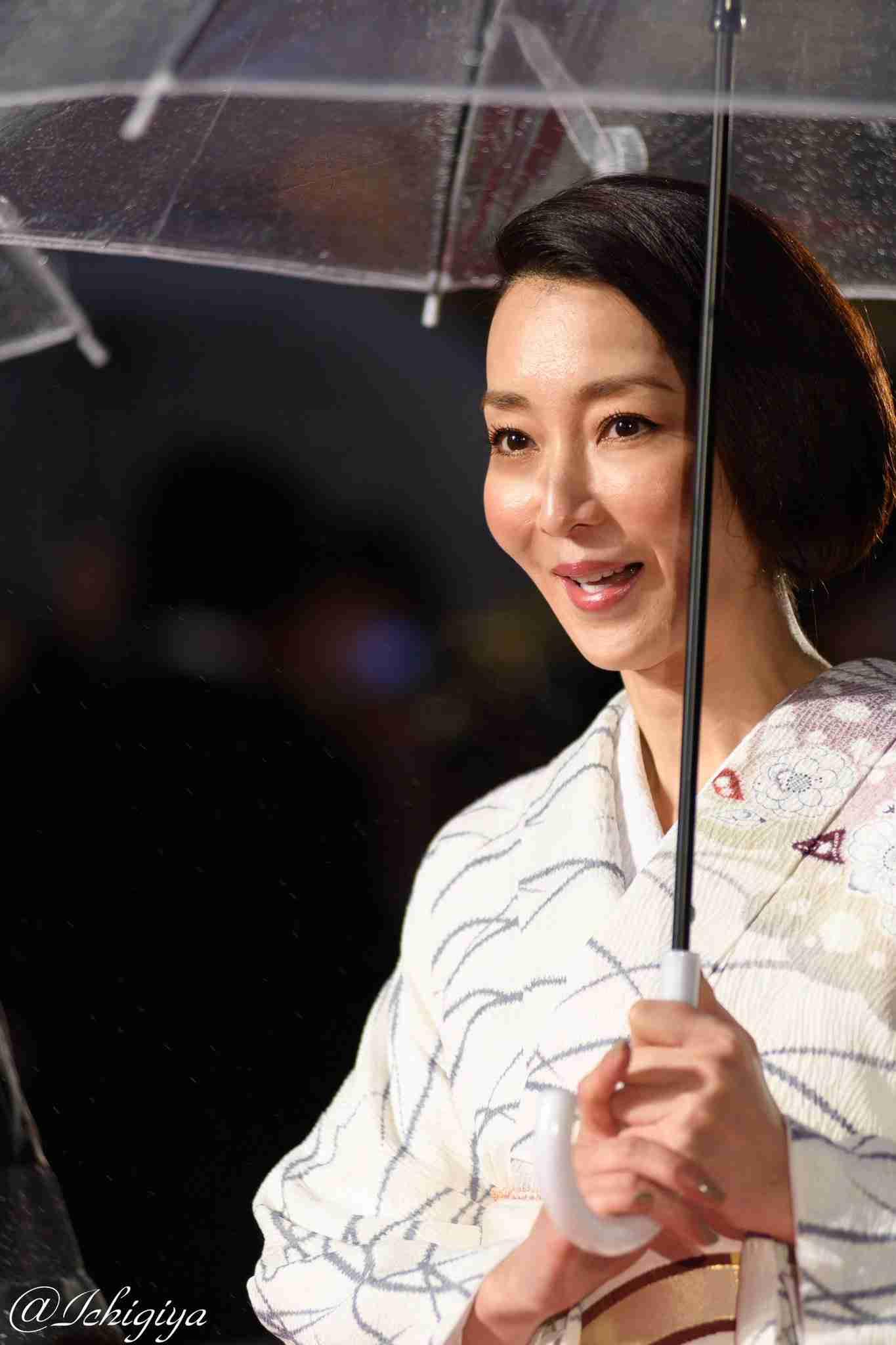 長谷川京子、「つまらなそうな顔が…」妖艶すぎる姿にファン大興奮