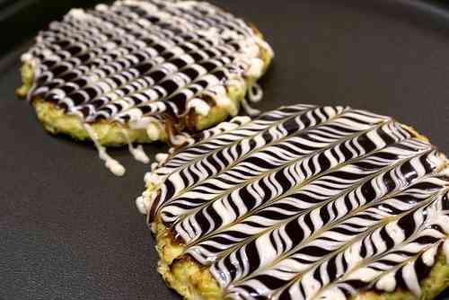 ソースとマヨネーズが織りなす芸術!お好み焼きにきれいな模様を描く方法  /  icoro