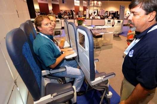 飛行機も立ち乗りの時代に?航空機シート製造メーカーの最新立ち乗りシートが気になる