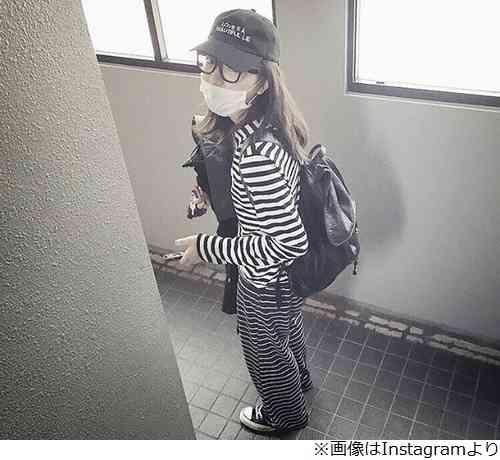 川口春奈の外出スタイルに「囚人服かな?」