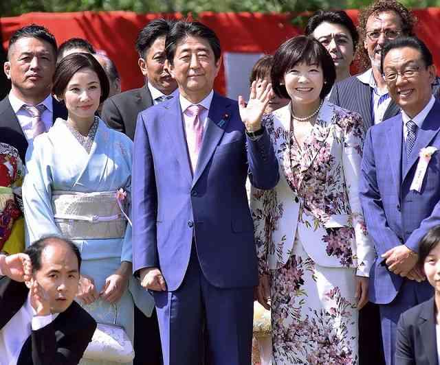 安倍昭恵氏が死体損壊容疑で逮捕の男と記念写真 FRIDAYが報道 - ライブドアニュース