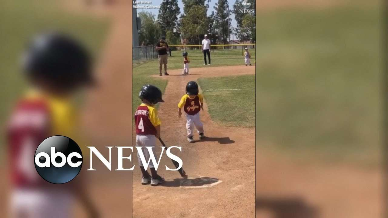 Little League slow-motion run: Pint-size baseball player savors run home - YouTube