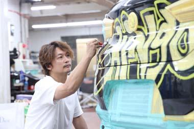 「夜を徹して創作しました!」 香取慎吾さんデザインの「BMW X2」ラッピングカー、六本木で公開