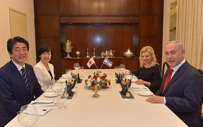 安倍首相との夕食会で提供、「靴のデザート」で物議 イスラエル