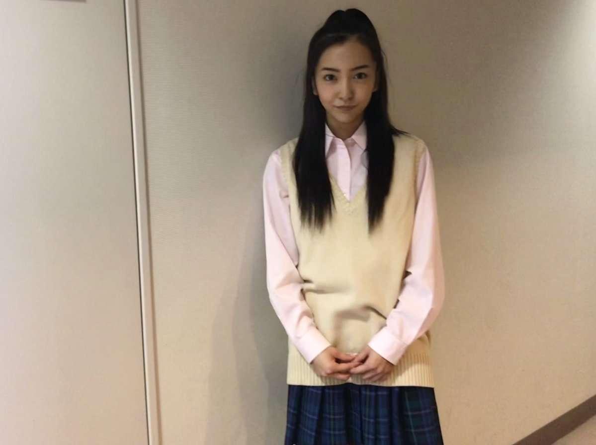 板野友美、女子高生の制服姿を公開「JK似合う」「可愛い」と絶賛の声