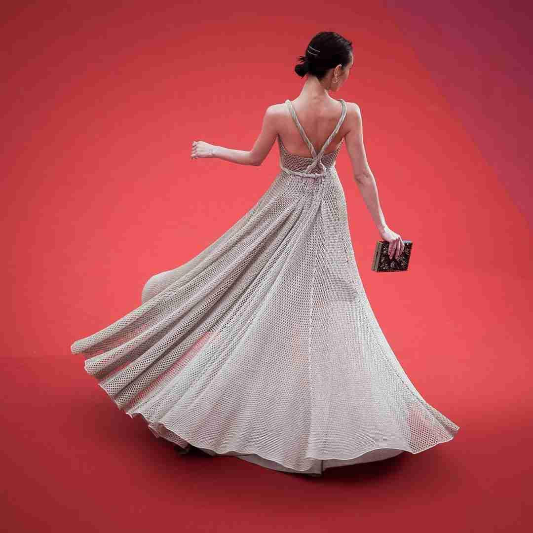 水原希子、カンヌで舞う 美背中あらわな圧巻スタイルで堂々レッドカーペッド<第71回カンヌ国際映画祭>